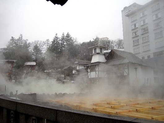 湯気の湯畑