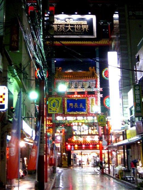 雨の中華街 天長門