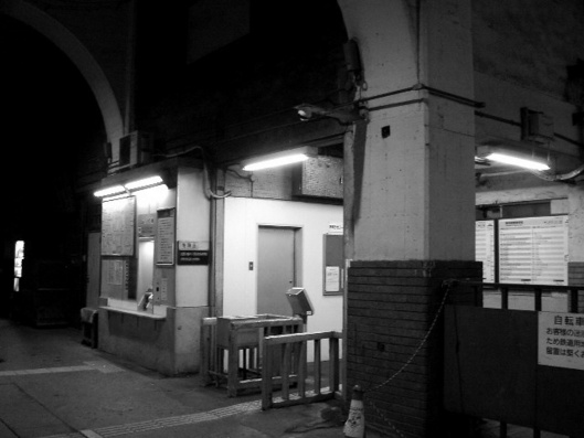 国道駅の夜1