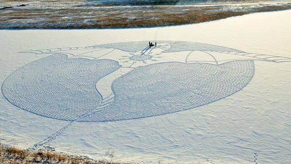 ロシアの雪原に巨大な竜の地上絵が現る!雪を踏んで描かれた竜 (1)