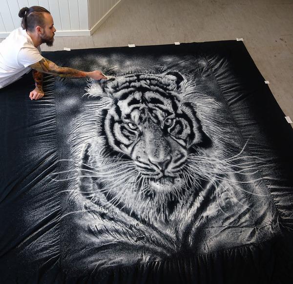 塩で描くアートがすごい!肖像画、曼荼羅模様、動物の絵など (4)