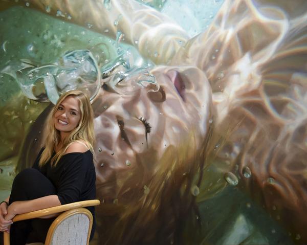 水の中の記憶。水中を漂う女性を描いた油絵 (8)