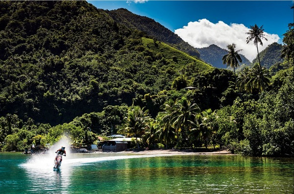 波に乗るオートバイ!水上を走る夢のダートバイク (4)