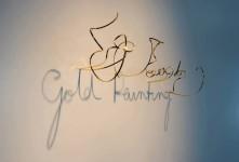 光を照射された金属線の影が文字となって見える展示アート