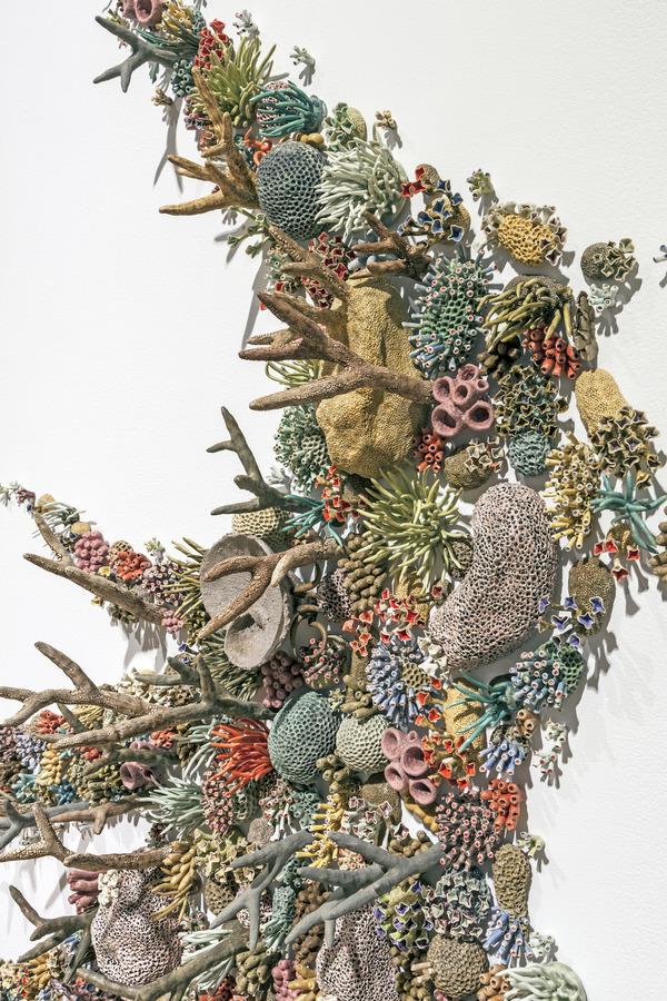 エアダクトから珊瑚礁。陶磁器による彫刻 (11)