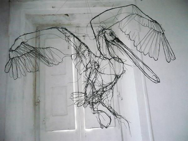 クロッキーみたい!ワイヤーをねじって描写される動物彫刻 (6)