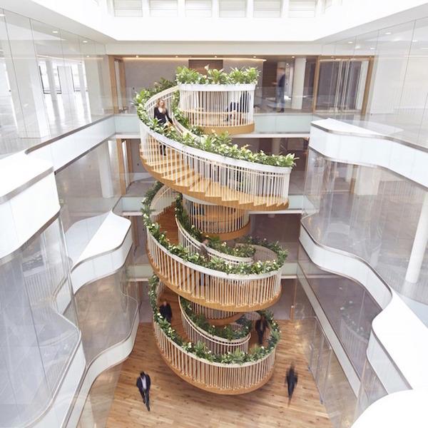 ビル内の螺旋階段 (1)