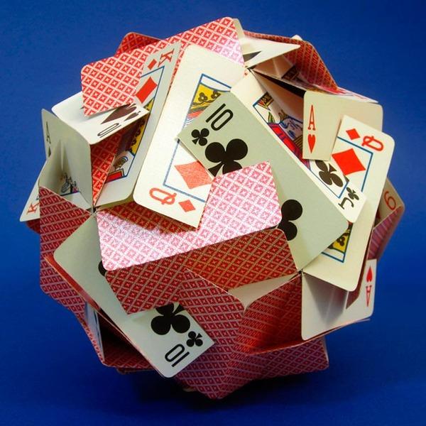 規則的!事務用品などの小物で作られた幾何学的な彫刻 (5)