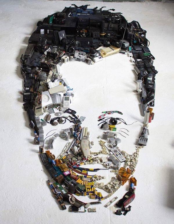 音楽機材や電子機械を積み上げて有名人の肖像画を描く! (8)