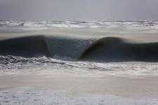 波がシャーベットみたいに半凍結した!ナンタケット島の海