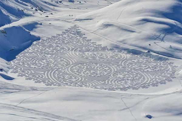巨大な幾何学模様!真っ白な雪原に壮大な地上絵を描く (1)