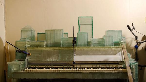 ガラスのピアノ!古い窓ガラスを接着して作ったピアノ (9)
