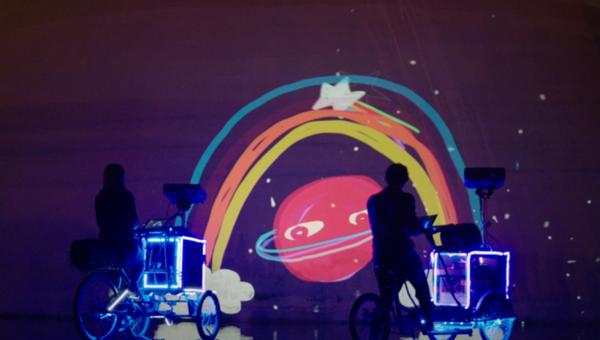 街頭にアニメ!三輪自転車でプロジェクションマッピング (1)