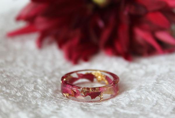 透明な樹脂の中に花や金箔を散りばめたレジンアクセサリー (7)