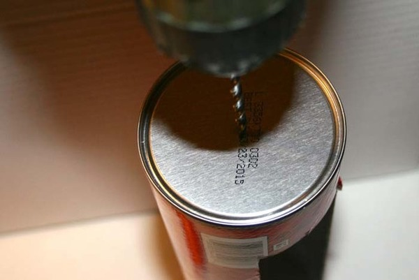 缶の底をドリルで開ける