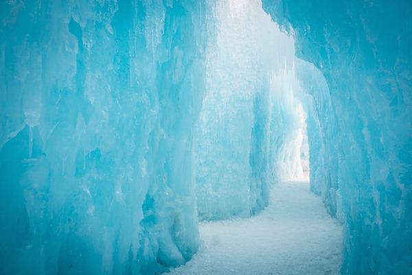 ライトアップされた神秘的な氷のお城!ユタ州にあるアイスキャッスルの画像