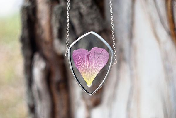 花びらや葉っぱなどの自然が閉じ込められたガラスのネックレス (10)
