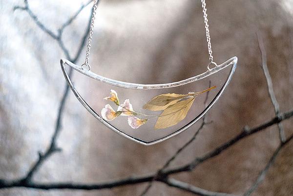 花びらや葉っぱなどの自然が閉じ込められたガラスのネックレス (2)