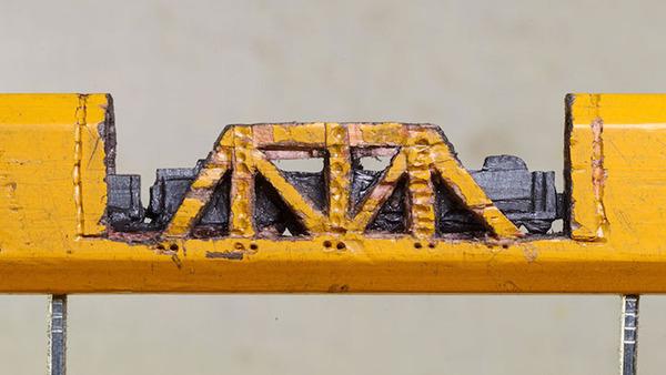 手先器用すぎ!機関車他、鉛筆の芯に彫る超小さな彫刻 (5)