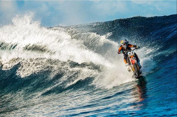波に乗るオートバイ!水上を走る夢のダートバイク
