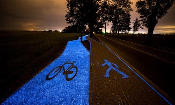 夜になると青く光る自転車の通り道!in ポーランド (2)