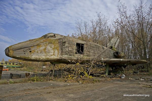 ロシアの飛行場に放棄された木で作られた宇宙船! (2)