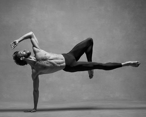 踊りが生み出す芸術。優美なダンサーの写真 (11)