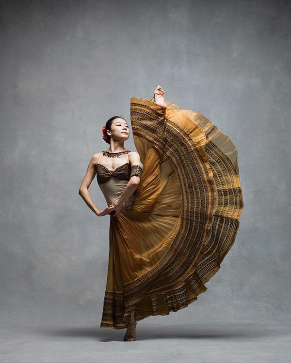 踊りが生み出す芸術。優美なダンサーの写真 (15)