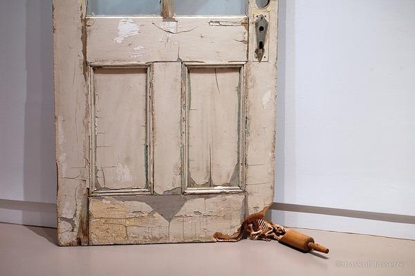 ドアとローリングピンにネズミの骸骨彫刻