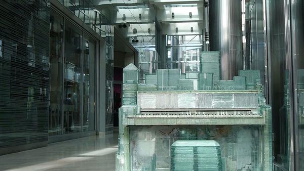 ガラスのピアノ!古い窓ガラスを接着して作ったピアノ (14)