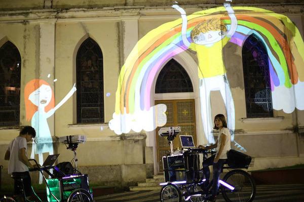 街頭にアニメ!三輪自転車でプロジェクションマッピング (4)