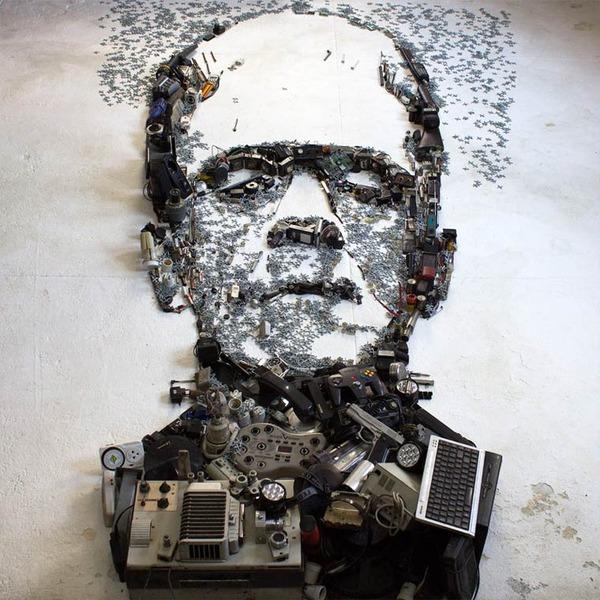 音楽機材や電子機械を積み上げて有名人の肖像画を描く! (13)