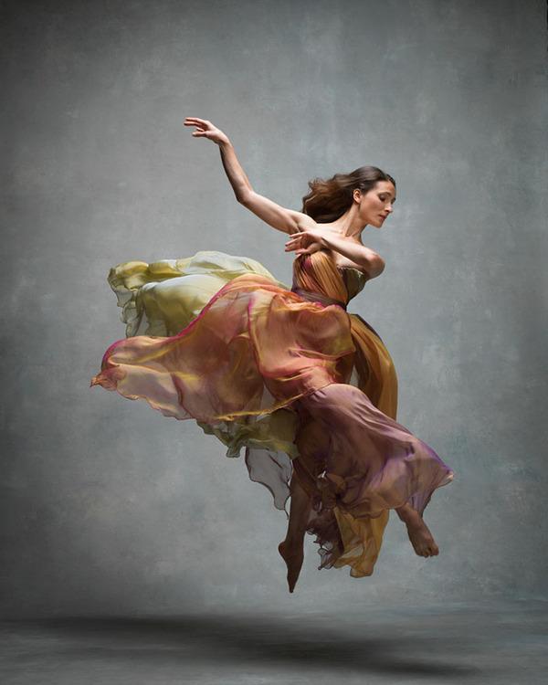 踊りが生み出す芸術。優美なダンサーの写真 (8)