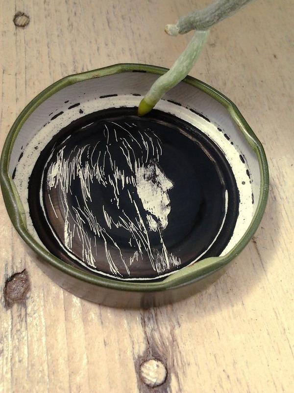 蓋の裏にインクを使って描くモノクロ絵画 (9)