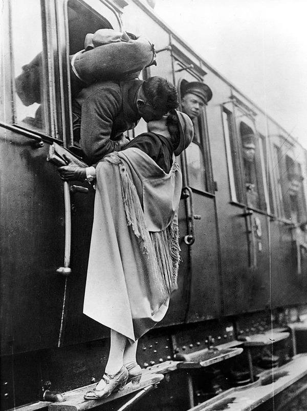 戦時中のラブストーリー。別れを惜しむ恋人たちのキス画像など (15)