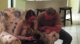 犬を飼いたい娘へ、子犬をサプライズプレゼント!【動画】