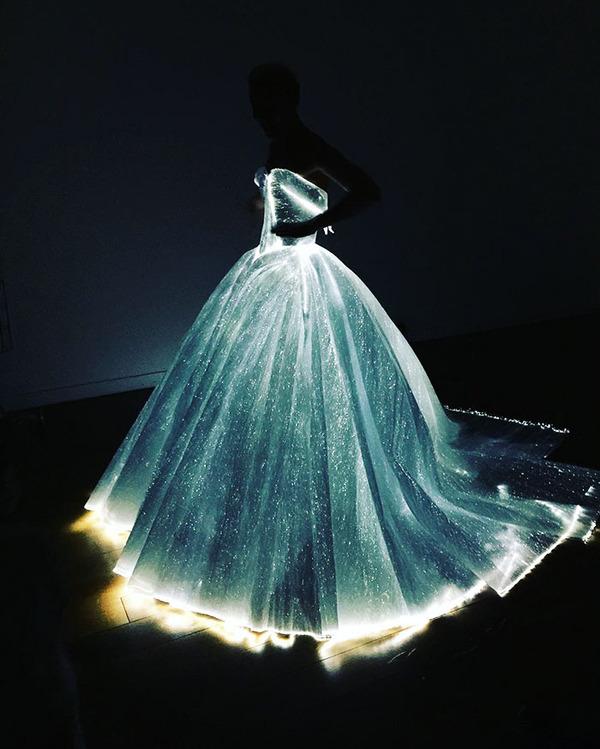 注目されること間違いなし!暗闇で光り輝く美しいドレス (6)