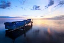 絵画的な美しさ。フランスのボートと水面がコラボレートした風景写真