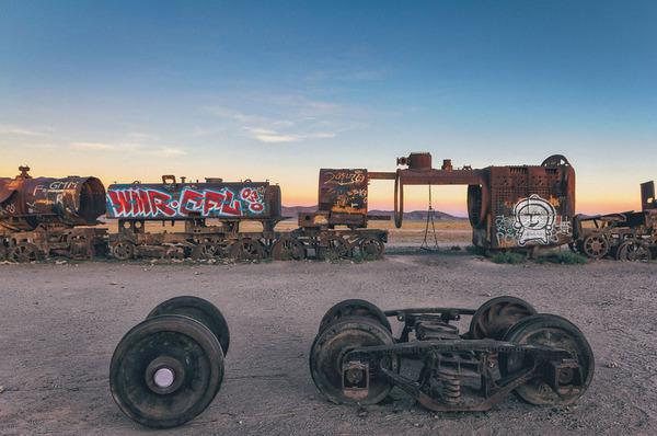 世紀末的な風景。ボリビアで放棄された列車の数々の写真 (11)