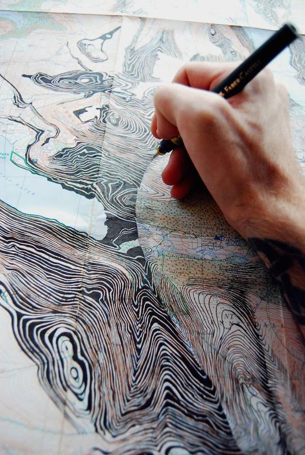 地図をキャンバスにして描く印象的な肖像画 (9)