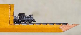 手先器用!機関車他、鉛筆の芯に彫る超小さな彫刻