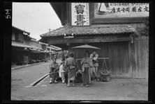 約100年前、明治時代に撮られた白黒写真。日本人の日常を映す