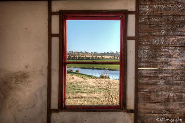 廃墟の部屋の窓から覗く風景 18