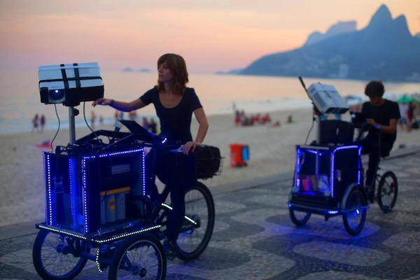 街頭にアニメ!三輪自転車でプロジェクションマッピング (6)