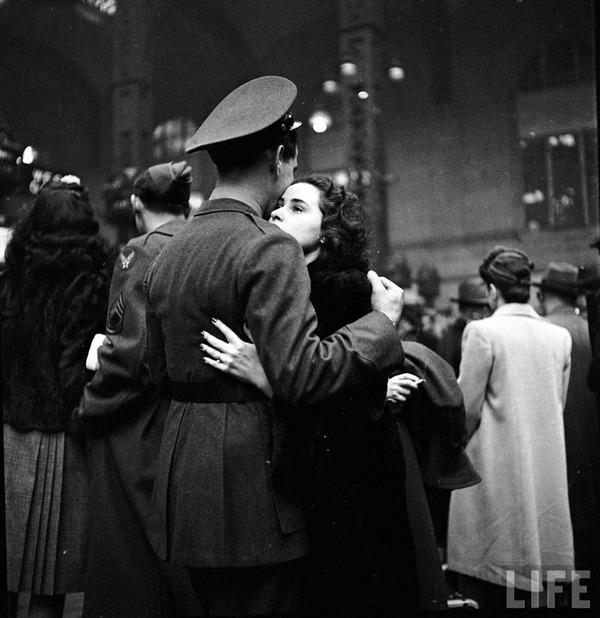 戦時中のラブストーリー。別れを惜しむ恋人たちのキス画像など (13)