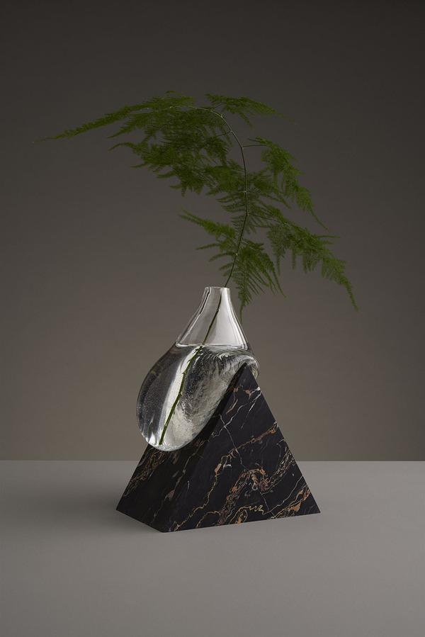 ニュルっとしている。柔らかそうなガラスの花瓶アート (7)