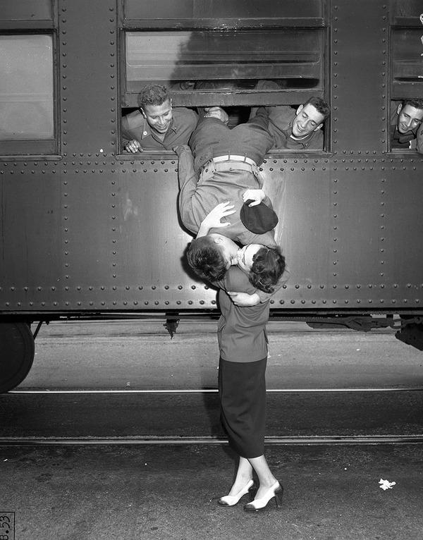 戦時中のラブストーリー。別れを惜しむ恋人たちのキス画像など (7)