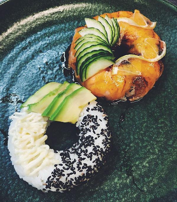 なかなか華やか。外国人が作った寿司ドーナッツ! (4)