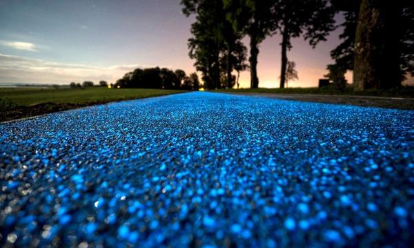 夜になると青く光る自転車の通り道!in ポーランド (1)