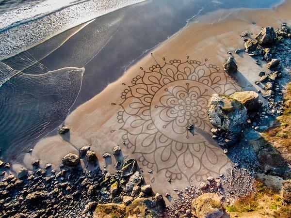 海岸の砂で描く絵!サンドアートを作り続ける男 (3)